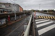 Situace okolo mostu u metra Vltavská 24. října ráno v Praze. TSK most, pod kterým jezdí tramvaje a chodí lidé, uzavřelo z důvodu špatného stavu.