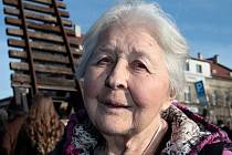 Věra Pazderková prožila období protektorátu v Holešovicích. Se svoji matkou pomáhala vězňům, kteří ve vagónech pro dobytek přijeli na bubenské nádraží.