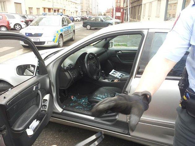 Zadržení mladíka podezřelého z loupeže, který autem útočil na policistu.