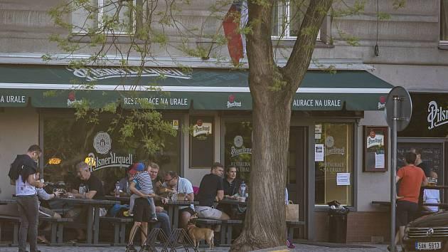 Lidé sedící na zahrádce restaurace Na Urale v Praze, 10. května 2021.