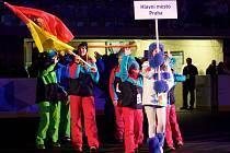 Ze zahajovacího ceremoniálu VII. Zimní olympiády dětí a mládeže v Chomutově: basketbalistka Kateřina Elhotová přivedla Prahu.