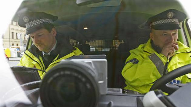 VŠUDE PO PRAZE? Strážníci našli v zákoně typickou českou kličku, která by jim umožnila měřit tak jako dříve, ministerstvu se ale příliš nelíbí./Ilustrační foto