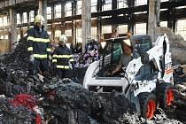 Zjišťování příčin vzniku požáru haly ve Vysočanech.