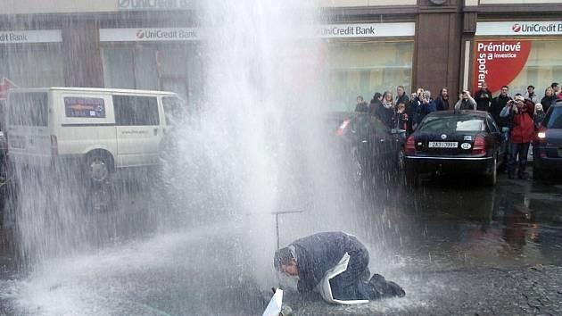 Na Jungmannově náměstí při povolování přívodu vody do kádí s vánočními kapry došlo k závadě a voda vytvořila gejzír vysoký několik metrů
