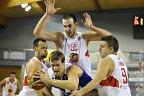 BYL TO BOJ. Basketbalisté USK Praha zvítězili v Jindřichově Hradci.