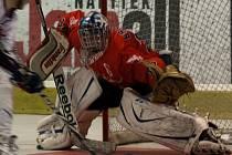 NEČEKANÝ HRDINA! Přestože neměl mladý gólman Slavie Daniel Brabec nastoupit, nakonce vychytal červenobílým postup do Final four inline hokejové extraligy.