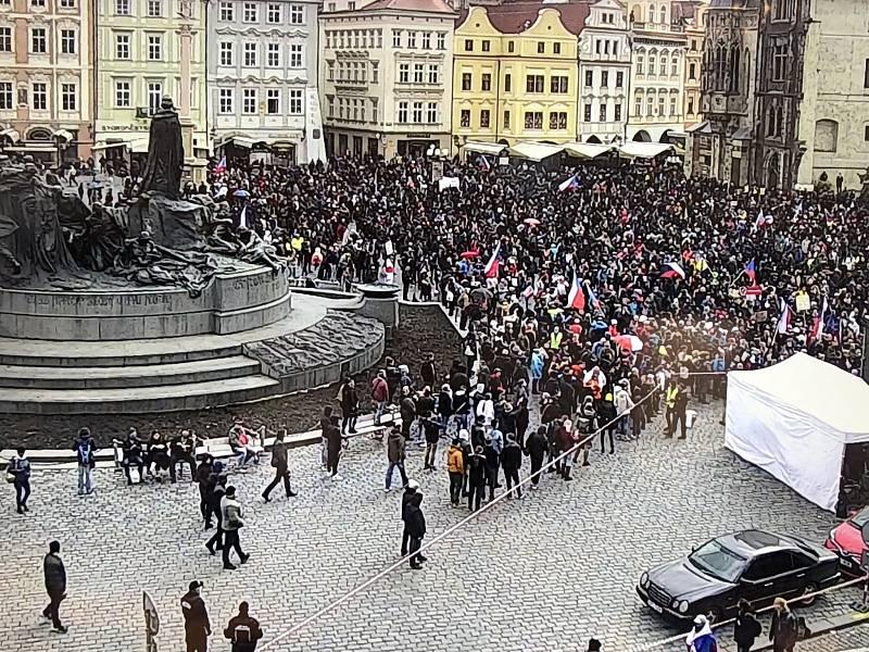 Protivládní demonstrace na Staroměstském náměstí v Praze porušuje zákon kvůli účasti více než 500 osob.