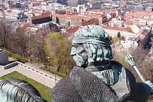Pohled na jezdeckou sochu Jana Žižky na Vítkově z dronu.