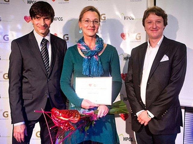 Adéla Zrubecká, vítězka kategorie Inovace Českého Goodwillu 2013, Zdeněk Podhůrský, moderátor slavnostního večera (vlevo), a Petr Hlavatý, zástupce organizátora HPCG (vpravo).
