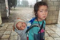 Dívenka si vydělává péčí o miminko