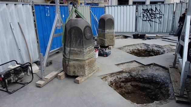 K soše svatého Václava se vracejí původní kameny.