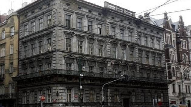 Při procházce od Staroměstského náměstí k Rudolfinu lze jen těžko nevidět zubožený dům Na Kocandě na rohu Křižovnické a Kaprovy ulice.