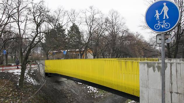 Radní Prahy 10 otevřeli na konci roku 2017 novou lávku přes Botič.