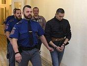 Olegse Lukjanovs (druhý zprava) a Antons Maslaks (vpravo) si za ubití cestujícího k smrti v autobuse MHD odsedí osm let ve vězení.