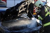 Požár osobního automobilu značky Volvo v Komořanské ulici v Praze.