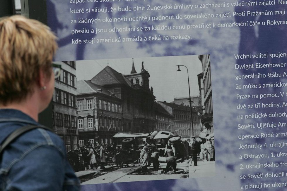 Výstava, která na velkoformátových výstavních věžích ukazuje portréty a příběhy sedmi desítek válečných pamětníků, bude na Dejvické instalována do 22. května