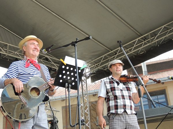 DVĚ TŘETINY současného Pepino bandu: spoluhráči Josefa Matury Jaroslav Pospíšil (na snímku vlevo) a Pavel Kruliš.