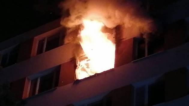 Při požáru v Praze 4 zemřela jedna osoba, plameny byt zcela zničily.