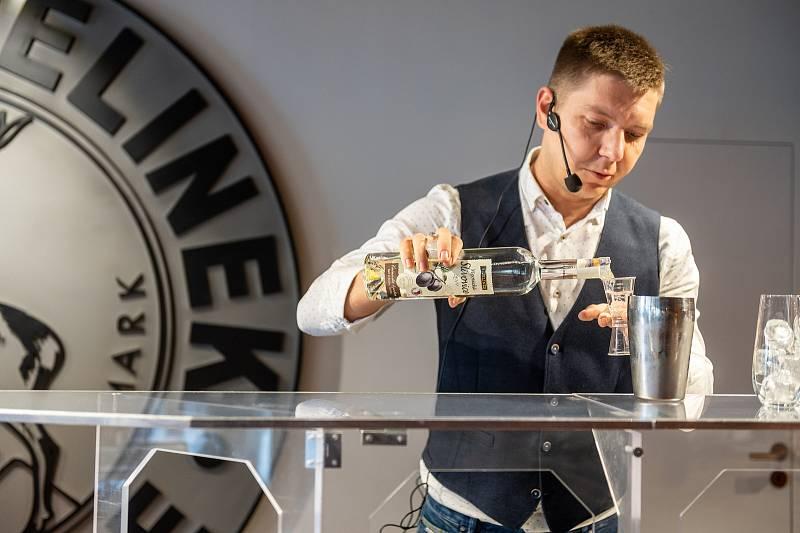 Barman Jiří Pácalt na barmanské soutěži International Rudolf Jelínek Cup v Muzeu slivovice v Praze.