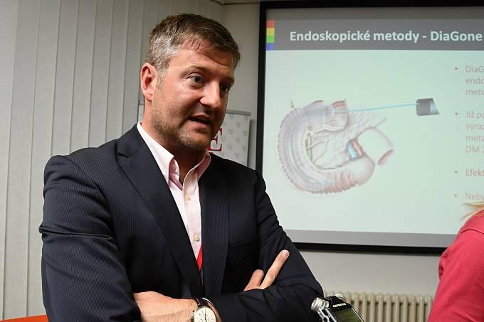 Praha (25. 5. 2017) – Novinku v podobě testovací léčby cukrovky druhého typu pomocí laseru DiaGone, který vypálí nervová zakončení ve dvanáctníku a dokáže tak oklamat metabolismus, představili ve čtvrtek specialisté pražského IKEMu – Institutu klinické a
