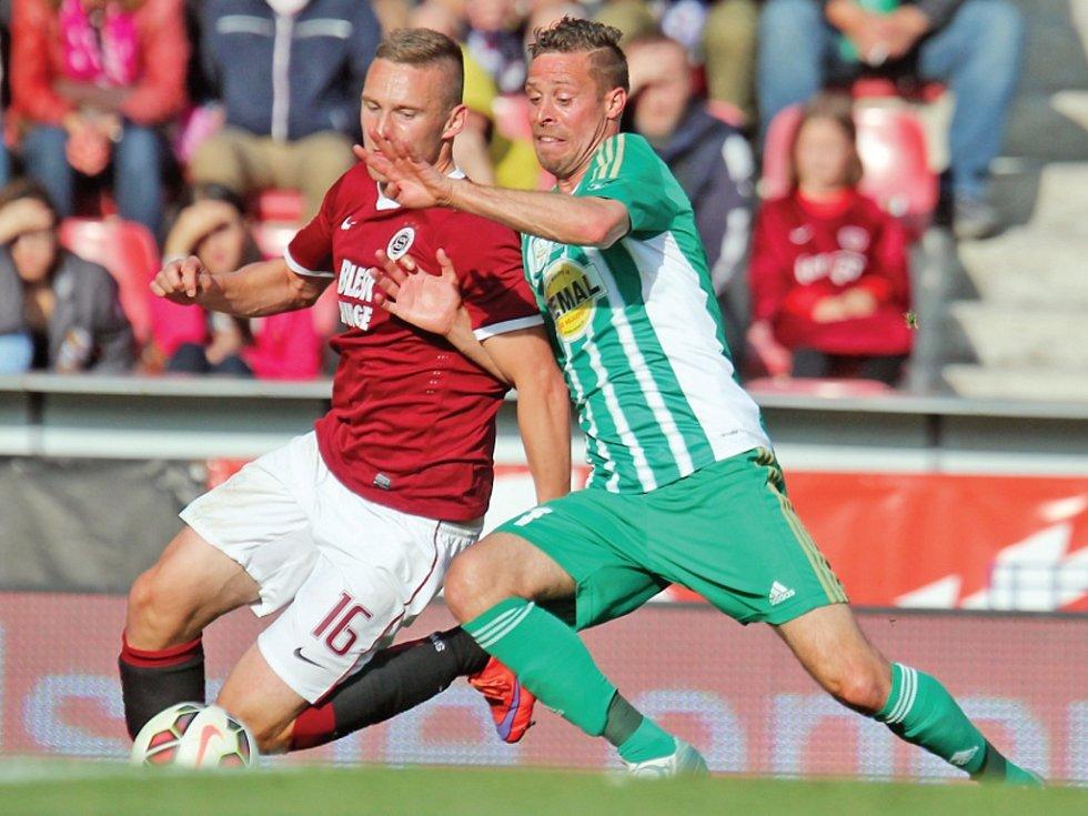Prvoligovou dráhu Radek Šírl načal i zakončil v dresu vršovických Bohemians. Na snímku z utkání proti Spartě bojoval o míč s tehdejší sparťanskou hvězdou Pavlem Kadeřábkem.