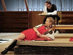 Divadlo Na Fidlovačce rozesměje diváky novou konverzační komedií Magor, ve které zářil i Rowan Atkinson.