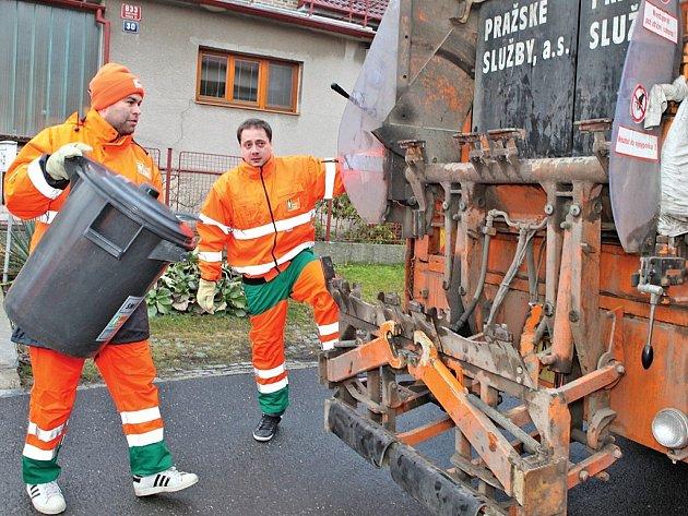 Popeláři z Pražských služeb obsluhují v současnosti dvě třetiny Prahy. A ve hře je teď ta poslední, o kterou se zatím dělí tři společnosti. K listopadu letošního roku už mají vše zajišťovat Pražské služby.