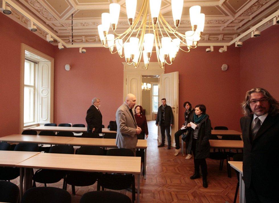 Prohlídka zrekonstruovaného Thurn-taxisova paláce. Městská část za opravy zaplatila asi 150 milionů korun, sídlit v něm bude Anglo-americká univerzita.