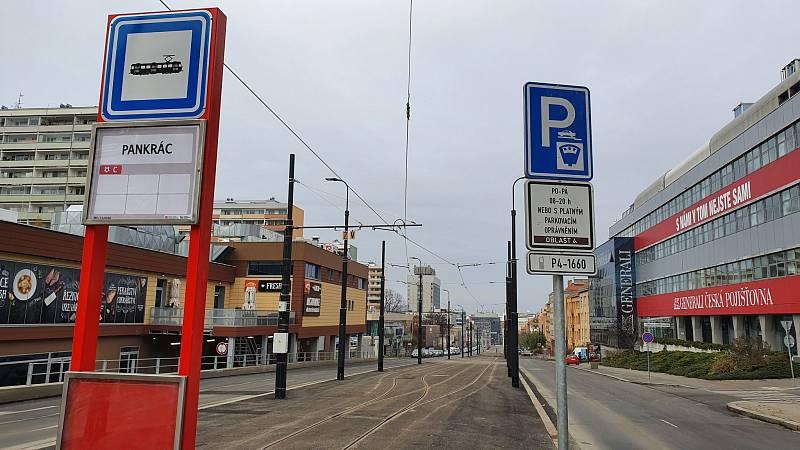 Dopravní podnik hl. m. Prahy (DPP) prodloužil tramvajovou trať až ke stanici metra Pankrác. Zatím tu však mohou parkovat auta.