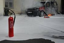 Požár auta značky Citroën Berlingo na dvoře obytného domu v ulici Na Louži ve Vršovicích.