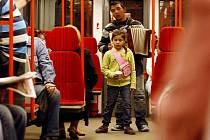Harmonikář spolu s dítětem žebral v pražském metru.