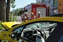Naštěstí bez fatálních následků a jen s vyšší hmotnou škodou se v sobotu odpoledne obešla havárie taxíku, jeho řidič naboural u sídliště Krč v Praze 4.