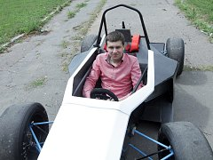 Tým vysokoškolských studentů představil jednomístný závodní vůz, který se zúčastní série závodů Formula Student v Evropě.  Na snímku je vedoucí projektu Jan Sekerák.