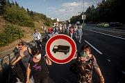 Zástupci občanských sdružení Stop Kamionům-Iniciativa za dostavbu Pražského okruhu a SOS Spořilov blokovali provoz na vytížené Spořilovské spojce.