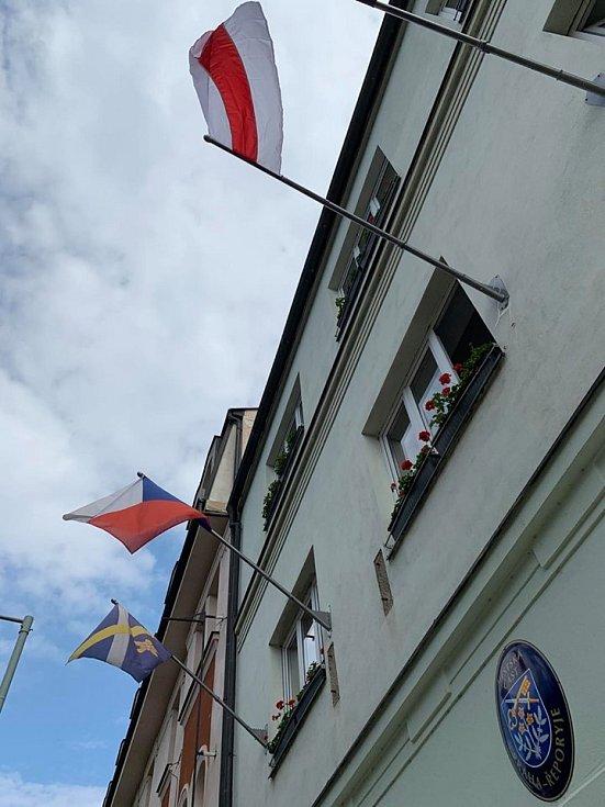 Historická vlajka Běloruska vlaje i v Řeporyjích.