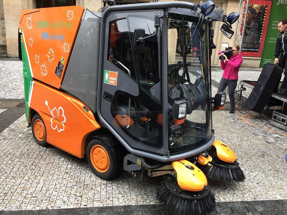Pražské služby ukázaly veřejnosti čistící vozy na elektřinu.