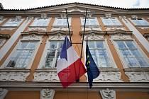 Vlajky Francie a Evropské unie na budově francouzského velvyslanectví v Praze visely na půl žerdi k uctění obětí teroristických útoků v Paříži.