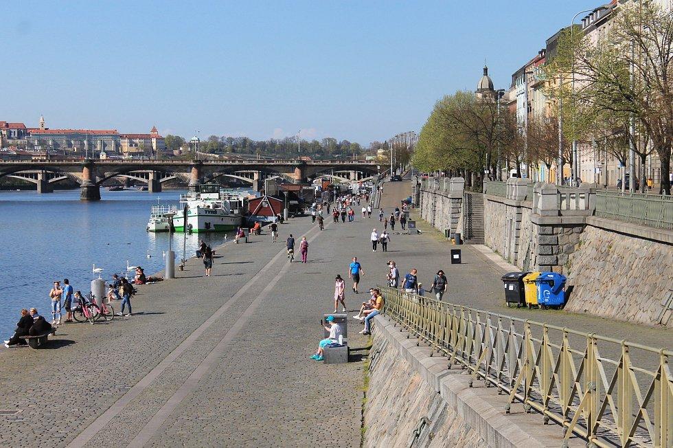 Na vltavské náplavky vyrazily o velikonočních svátcích davy lidí.