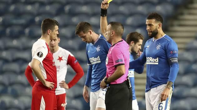 Odveta osmifinále fotbalové Evropské ligy: Glasgow Rangers - Slavia Praha, Ondřej Kúdela (vlevo) ze Slavie dostává žlutou kartu.
