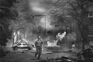 Ikonická fotografie Jiřího Všetečky z 21. srpna 1968 - hořící Vinohradská ulice před rozhlasem.