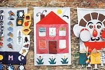 KAPSÁŘ. Exponáty září pestrostí, jako například tento. Má název Kalendář, dům a hudebník.