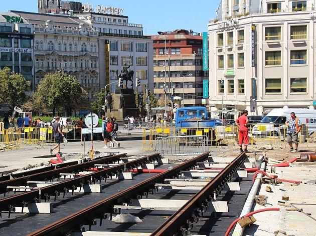 Mezi starou a novou budovou Národního muzea se zkušebně pokládají koleje, na Václavské náměstí by se mohly vrátit tramvaje.