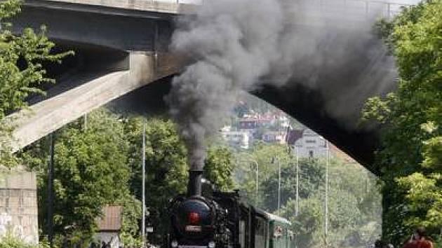 Parní lokomotiva vyjela na trať.