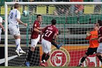 GÓL! Hráč HFK Olomouc Lukášek (s číslem 3) právě skóruje do sítě Sparty Praha v prvním utkání čtvrtfinále Poháru ČMFS.