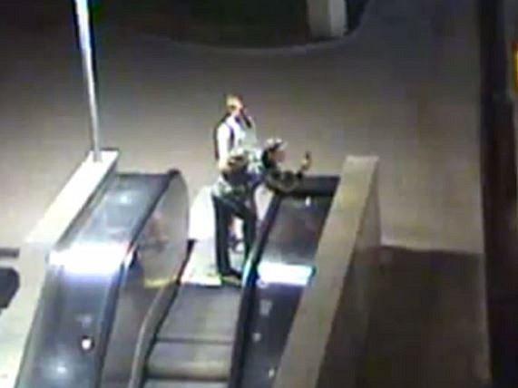 Policie hledá aktéry i svědky napadení ženy v tramvaji na Karlově náměstí.