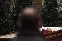 Tělo zesnulého kardinála Miloslava Vlka bylo vystaveno v katedrále svatého Víta na Pražském hradě.
