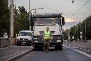 Na hlavním mostu Libeňského soumostí začaly 10. července večer zatěžovací zkoušky, které potrvají do 15. července vždy od 20:00 do 04:30 za úplného uzavření mostu pro dopravu.