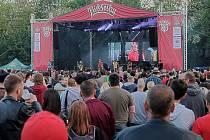 Na prvním dnu festivalu Tři sestry 33 let open air v pražském areálu  A-parku ledárny Braník zahráli legendární kapely Visací zámek a britská partička The Toy Dolls.