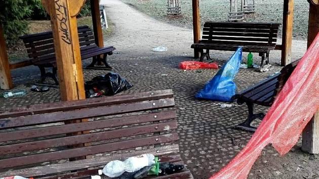Pražský park Stromovka trpí. Vandalové ničí vybavení i zeleň