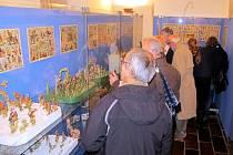 Výstava zachycuje betlémy od nejstarších archů vzniklých v tiskařských dílnách 19. století, přes rozkládací barvotiskové reliéfní betlémy počátku 20. století.